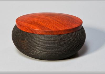 Dose Unterteil  Eiche mit Eisenessig behandelt Deckel Bubinga  Höhe: 7 cm Ø 14 cm